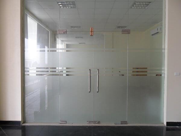 Cửa kính văn phòng lắp đặt khóa thả chốt